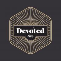 Logo met goud met achtergrond grijs